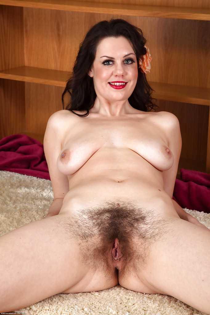 совсем голые зрелые женщины волосатой пиздой фото губы нее правда