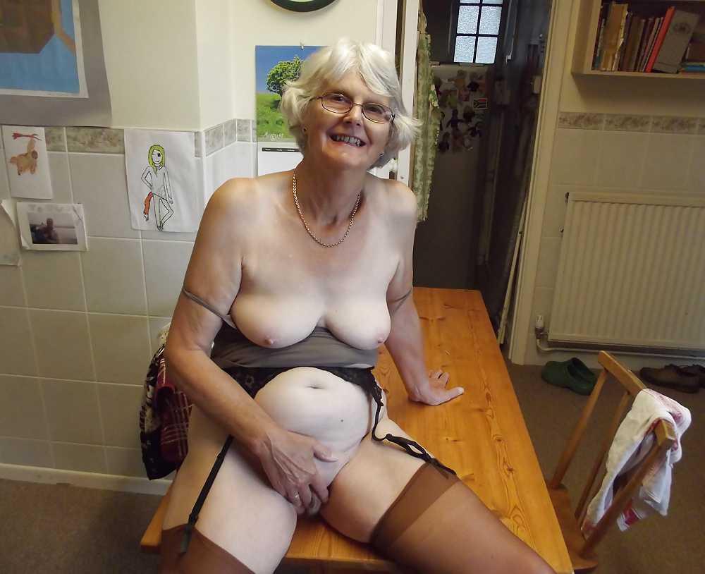 два года голая бабуся на фото переодевается